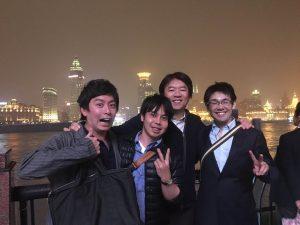 上海の夜景をバックに血管外科・外科の先生方と!